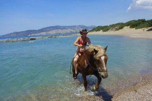 Praktikantin mit Pferd in Griechenland am Meer