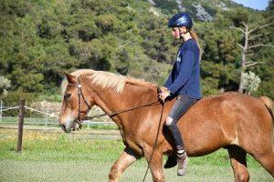 Praktikantin im Reitunterricht in Griechenland