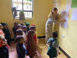 Freiwillige in der Grundschule in Tansania